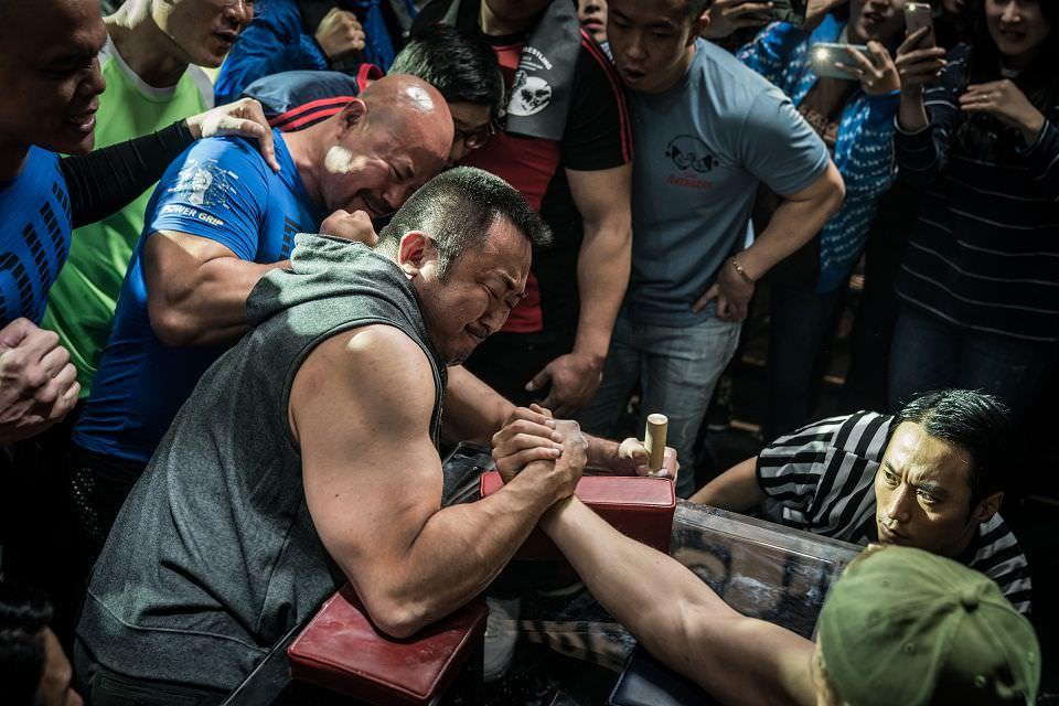 冠軍大叔:不只比腕力,更透過手來聯繫感情┃影評