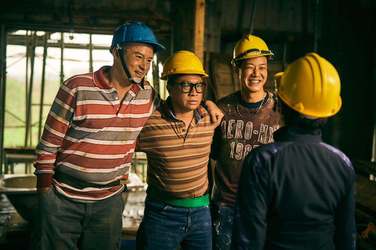 《做工的人》李銘順(左)、游安順(中)、薛仕凌(右)組工地男團「噗嚨共 」大做發財夢_大慕影藝提供