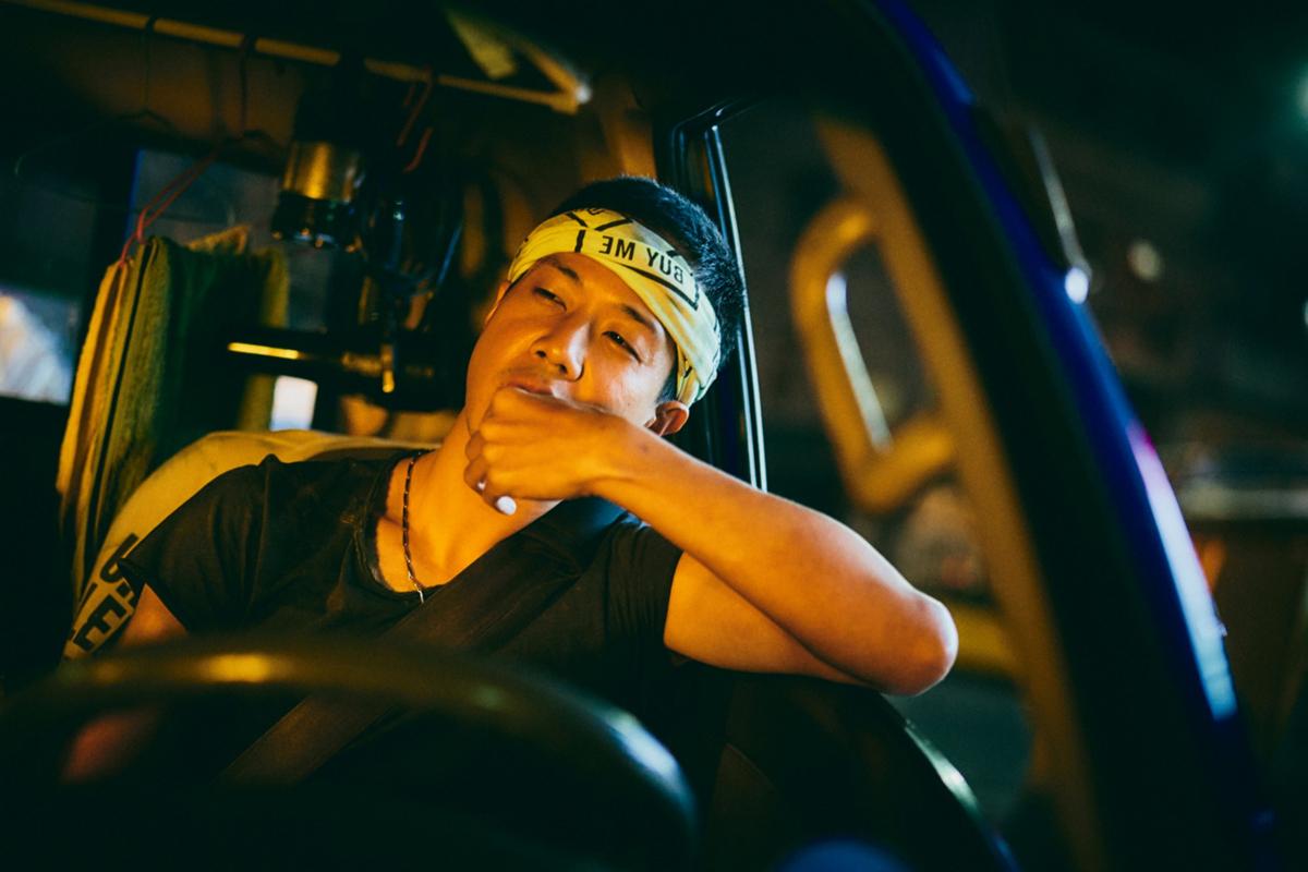 《做工的人》薛仕凌飾演以車為家的怪手司機_大慕影藝提供
